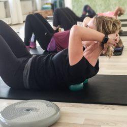 Pilates matwork - brug små bolde til at lave en mavebøjning